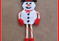 This cute snowman candy cane holder is super easy to make. It holds 2 candy canes that form the arms and legs. Get the plastic canvas pattern here!